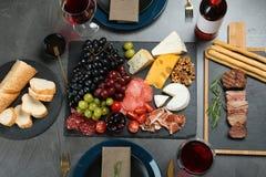 Vinho e petiscos servidos para o jantar na tabela no restaurante fotografia de stock royalty free