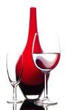 Vinho e vaso de vidro vermelho na composição da arte Fotos de Stock