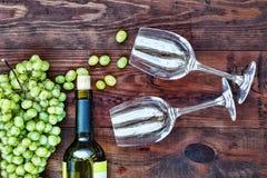 Vinho e vidros em uma tabela de madeira Ação de graças, Natal Veiw superior Foto de Stock