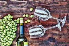 Vinho e vidros em uma tabela de madeira Ação de graças, Natal Veiw superior Fotografia de Stock Royalty Free