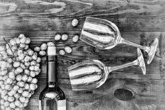 Vinho e vidros em uma tabela de madeira Ação de graças, Natal Veiw superior Imagem de Stock Royalty Free