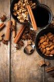 Vinho, especiarias e porcas ferventados com especiarias quentes Imagens de Stock Royalty Free