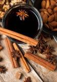 Vinho, especiarias e porcas ferventados com especiarias quentes Imagem de Stock