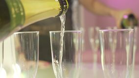 Vinho espumante de derramamento do champanhe em três vidros pequenos no fim acima do tiro da celebração do aniversário vídeos de arquivo