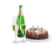 Vinho espumante e bolo de esponja com a geleia e o chocolate Fotos de Stock