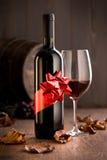 Vinho excelente com fita e copo de vinho Foto de Stock