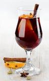Vinho ferventado com especiarias Fotografia de Stock Royalty Free