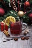 Vinho ferventado com especiarias com a árvore da especiaria e de Natal Imagens de Stock