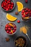Vinho ferventado com especiarias com arando e laranja Fotografia de Stock