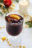 Vinho ferventado com especiarias com canela e laranja Fotografia de Stock