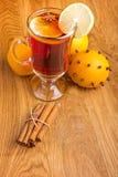 Vinho ferventado com especiarias com especiarias e laranja Fotografia de Stock