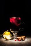 Vinho ferventado com especiarias em um fundo preto Foto de Stock Royalty Free