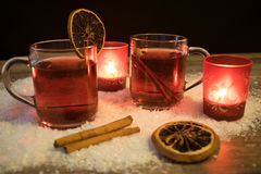 Vinho ferventado com especiarias na neve pela luz de vela Imagens de Stock Royalty Free