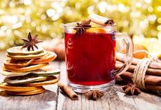 Vinho ferventado com especiarias Natal com frutos secos fotos de stock