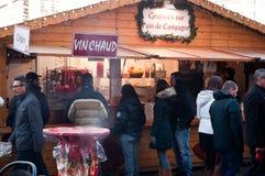 Vinho ferventado com especiarias no mercado do Natal Imagens de Stock Royalty Free