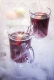 Vinho ferventado com especiarias nos vidros fotografia de stock