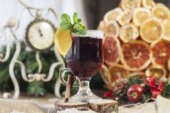 Vinho ferventado com especiarias, vinho quente Imagem de Stock