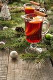 Vinho ferventado com especiarias quente do Natal com a árvore da canela, da laranja e de Natal a bordo Bebida da tradição do inve Foto de Stock