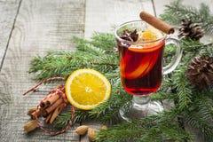 Vinho ferventado com especiarias quente do Natal com a árvore da canela, da laranja e de Natal a bordo Fim acima Imagem de Stock
