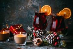 Vinho ferventado com especiarias quente do Natal Foto de Stock