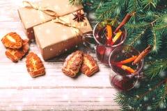 Vinho ferventado com especiarias quente com especiarias e cookies Árvore de Natal Imagens de Stock
