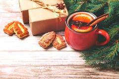Vinho ferventado com especiarias quente com especiarias e cookies Árvore de Natal Imagens de Stock Royalty Free