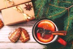 Vinho ferventado com especiarias quente com especiarias e cookies Árvore de Natal Foto de Stock Royalty Free
