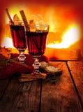 Vinho ferventado com especiarias quente no fundo da chaminé - bebida de aquecimento do inverno foto de stock