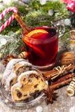Vinho ferventado com especiarias vermelho do Natal Imagem de Stock Royalty Free