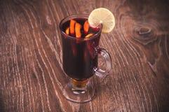 Vinho ferventado com especiarias vermelho no vidro Fotos de Stock Royalty Free