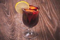 Vinho ferventado com especiarias vermelho no vidro Fotos de Stock