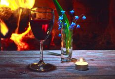 Vinho, flores da mola, chaminé e vela Fotografia de Stock Royalty Free