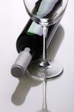 Vinho Frasco de vinho e vidros de vinho Foto de Stock Royalty Free