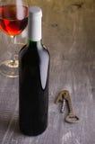 Vinho Garrafa de vinho com vidros de vinho e corkscrew Imagens de Stock