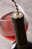 Vinho Garrafa de vinho com vidros de vinho e corkscrew Imagem de Stock