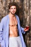 Vinho luxuoso do degustate desalinhado macho do cabelo Conceito erótico e do desejo O licenciado aprecia o vinho Relaxamento atra foto de stock
