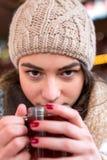 Vinho morno do salmonete da bebida da mulher no mercado do Natal Foto de Stock Royalty Free