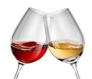 Vinho movente em dois copos de vinho Imagem de Stock