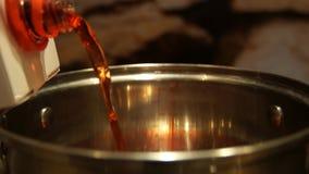 Vinho Mulled Vinho ferventado com especiarias na caçarola Bebida quente Suco de fruta Natal justo vídeos de arquivo
