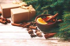 Vinho mulled quente Ramos, presentes e cones de árvore do Natal Imagem de Stock Royalty Free