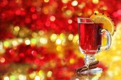 Vinho Mulled sobre a decoração do Natal Fotografia de Stock Royalty Free