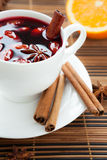 Vinho mulled tradicional com amêndoas e canela Imagens de Stock