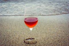 Vinho na areia Imagens de Stock Royalty Free