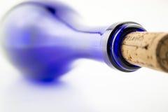 Vinho azul da garrafa com uma cortiça isolada no fundo branco imagens de stock royalty free