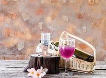 vinho na grama com vela e plumaria Imagem de Stock Royalty Free