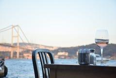 Vinho no Bosphorus Imagem de Stock