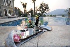 Vinho no lado da piscina Fotografia de Stock Royalty Free