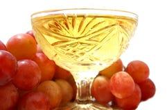 Vinho no wineglass e na uva. Imagem de Stock Royalty Free