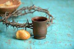 Vinho, pão e coroa de espinhos fotos de stock