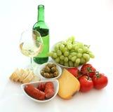 Vinho, pão, queijo e vegies Fotografia de Stock Royalty Free